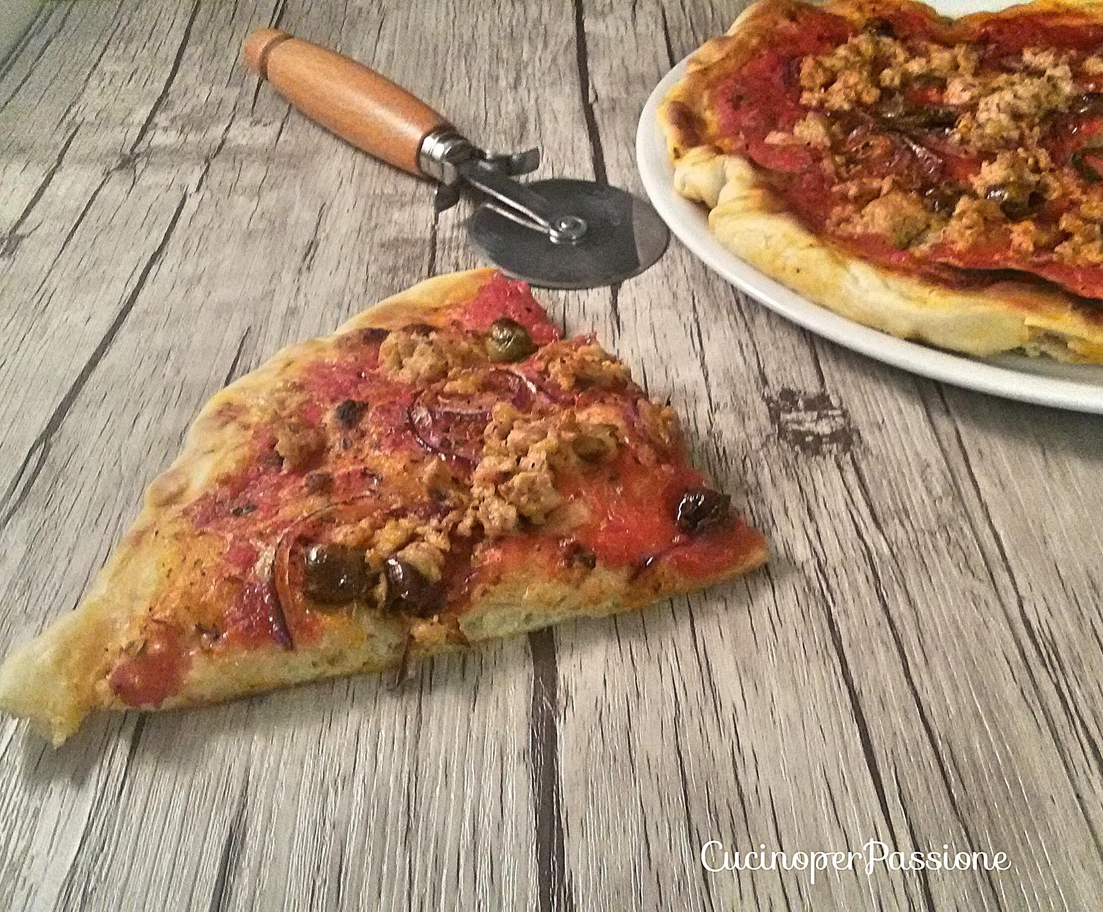 Pizza rossa tonno cipolla e olive taggiasche