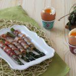 Asparagi e pancetta con uova alla coque