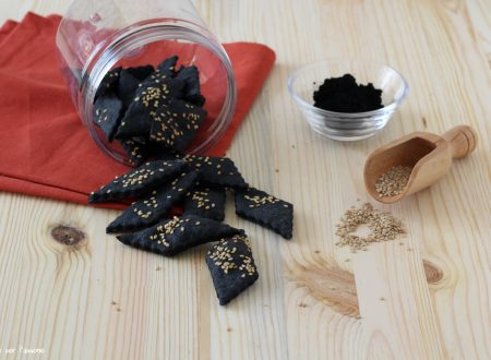 Crackers al carbone vegetale