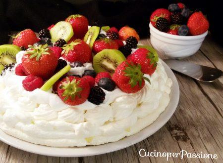 Torta pavlova con frutta