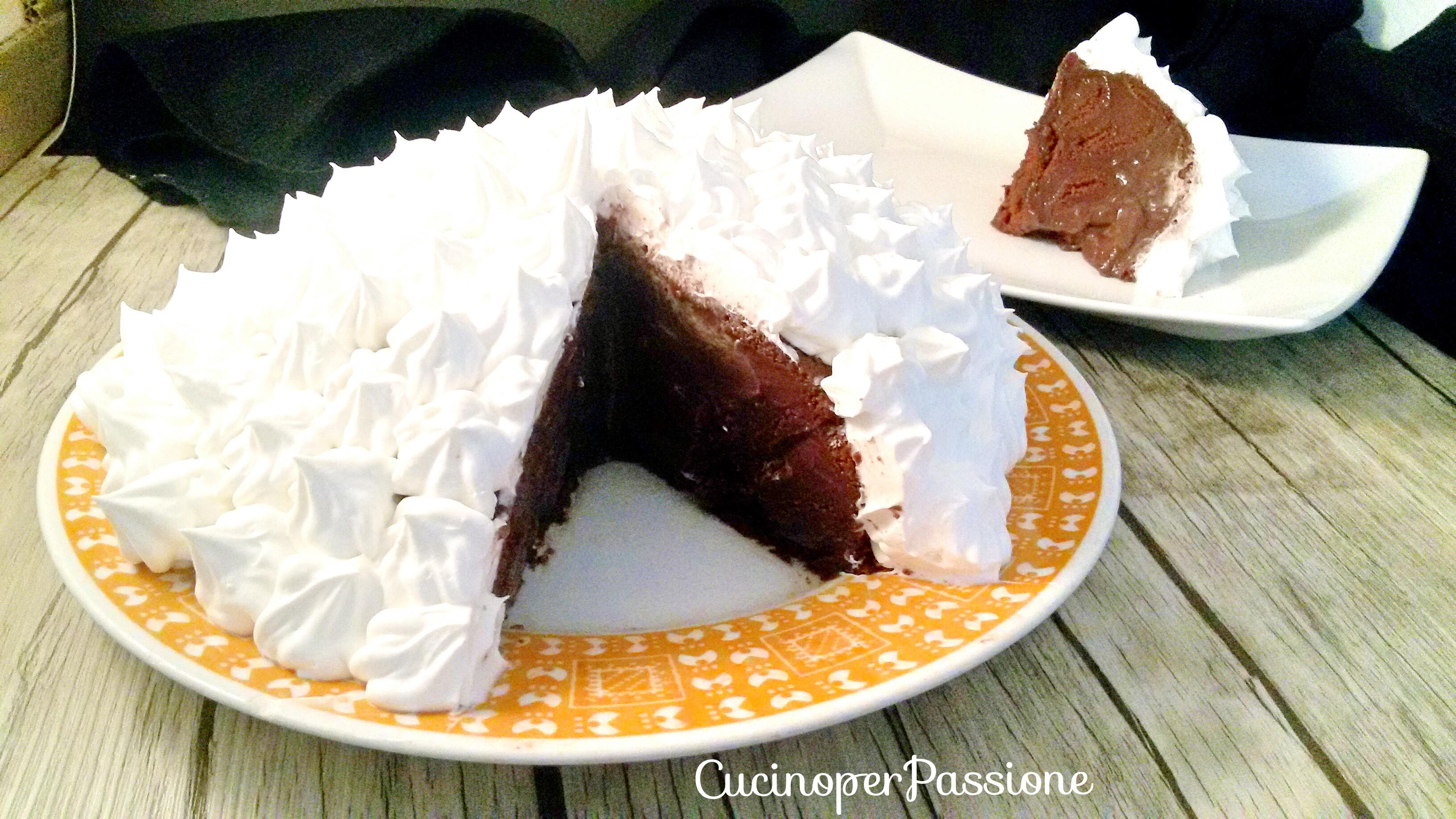 Torta con budino al cioccolato e panna