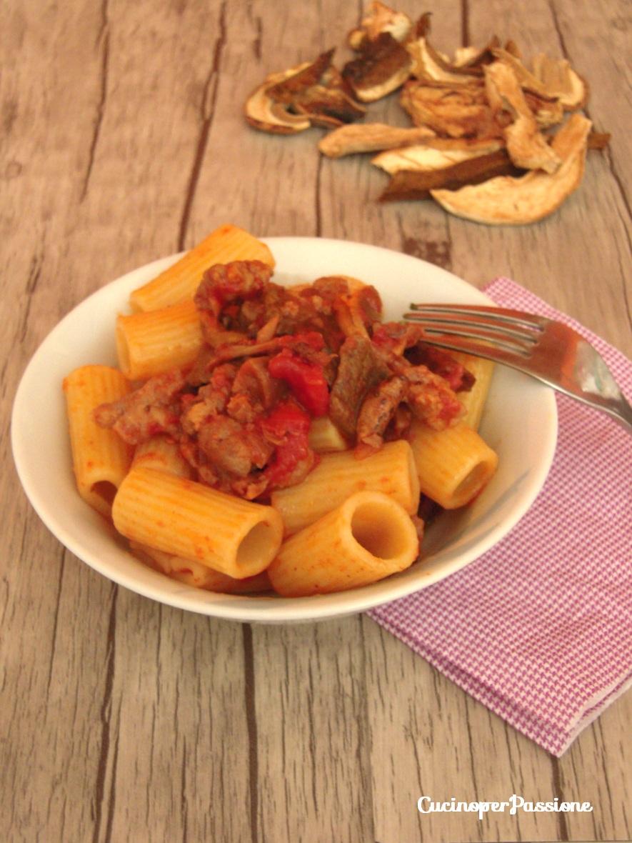 Pasta con sugo di salsiccia e funghi cucino per passione - Funghi secchi a bagno ...