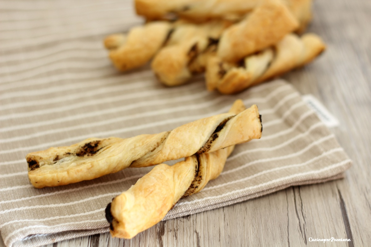 Stuzzichini pasta sfoglia e patè d'olive