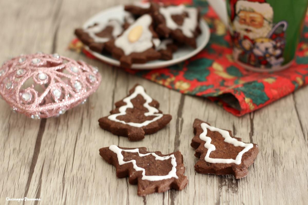 Biscotti natalizi decorati con la glassa