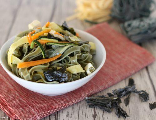 Pasta alla spirulina e verdure piatto energizzante