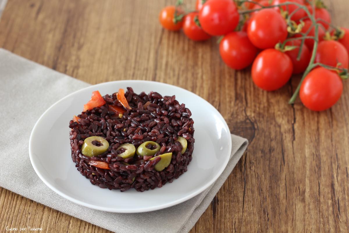Riso venere ricetta vegetariana con olive e pomodorini