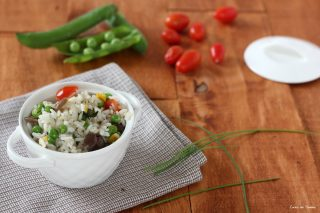Insalata di riso vegetariana piena di colori