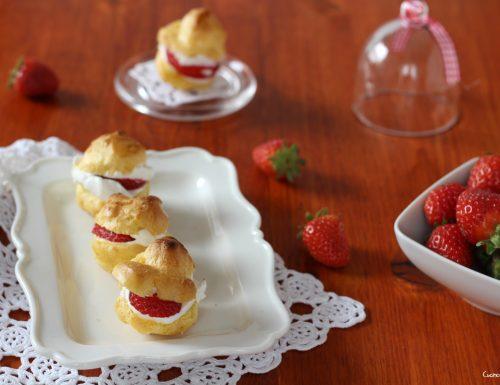 Bignè con panna e fragole, freschi e gustosi