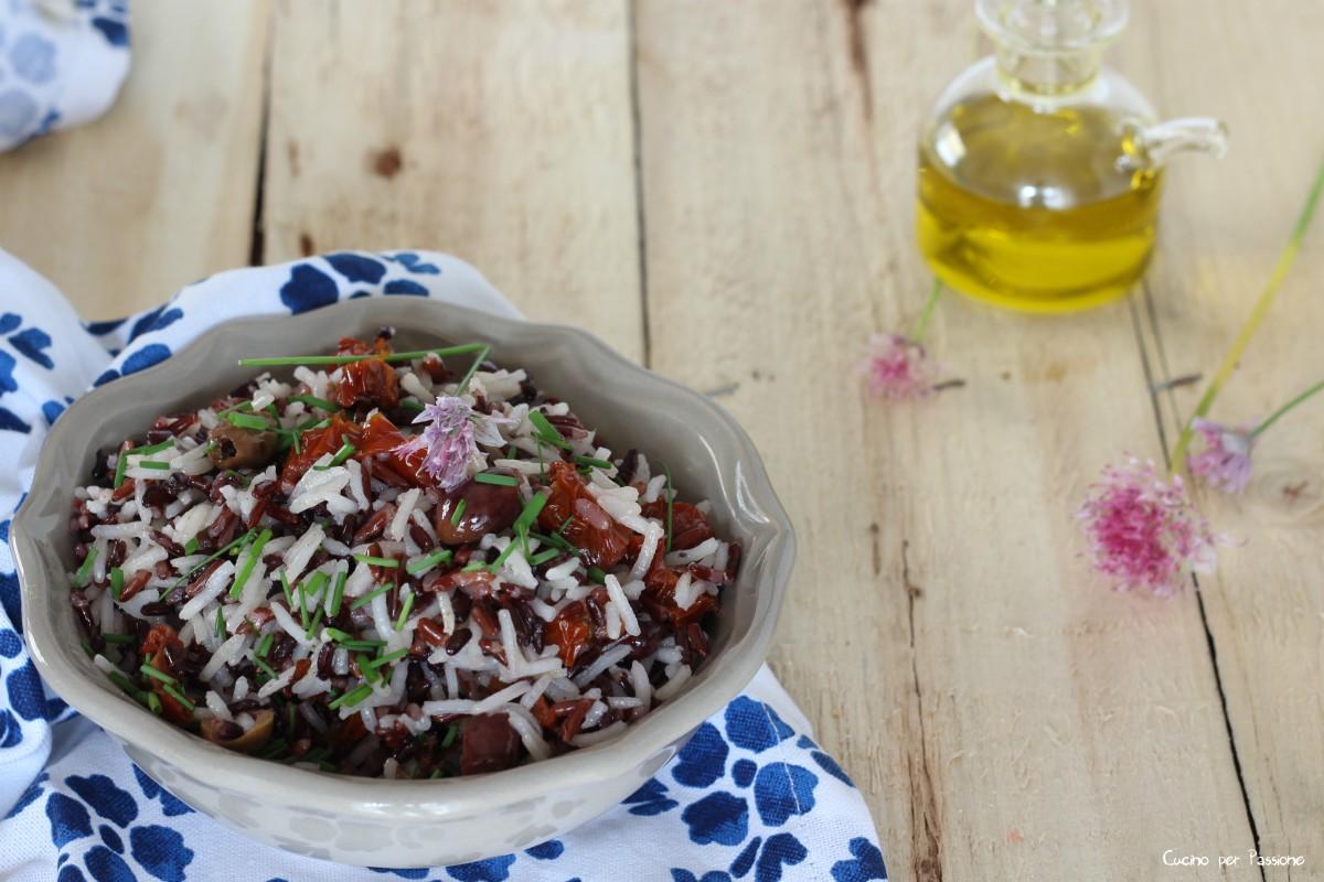 Mix di riso freddo con pomodori secchi e olive taggiasche