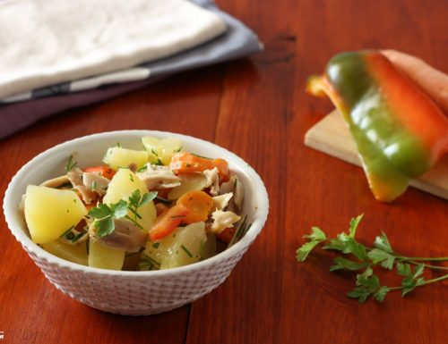 Insalata di pollo e verdure piatto unico