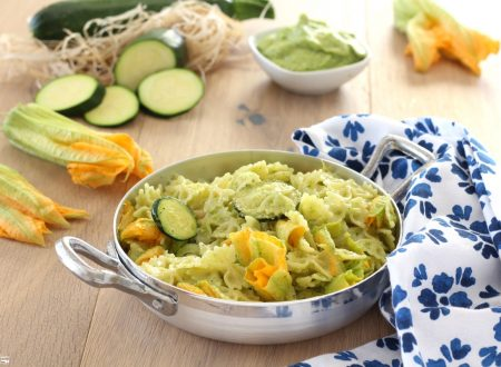 Pasta con il pesto di zucchine e fiori di zucca