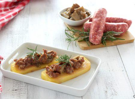 Crostini di polenta con salsiccia e funghi
