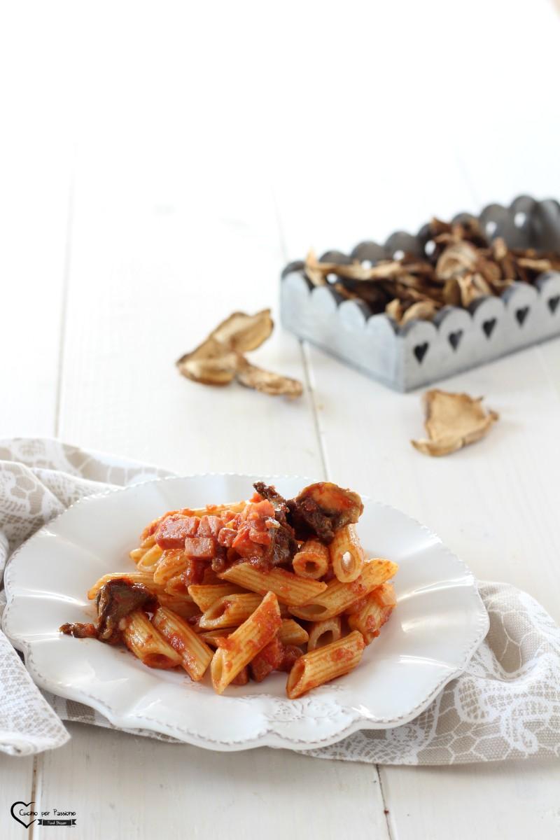 Pasta con funghi porcini secchi e speck cucino per passione - Funghi secchi a bagno ...