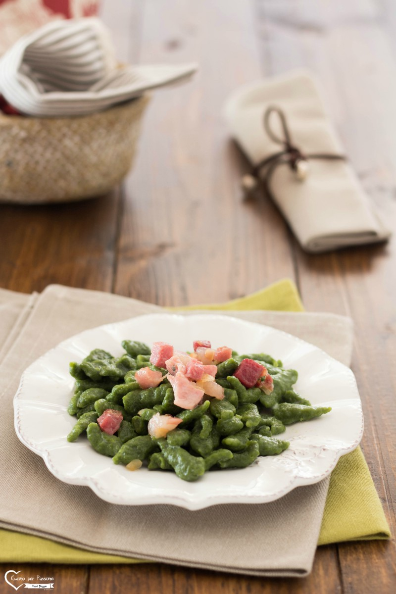Spatzle ricetta tirolese con panna e speck vert