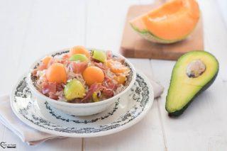 Insalata di riso prosciutto e melone con avocado