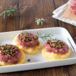 Crostini di polenta con cotechino e lenticchie