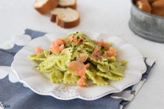 Pasta con crema di avocado e salmone