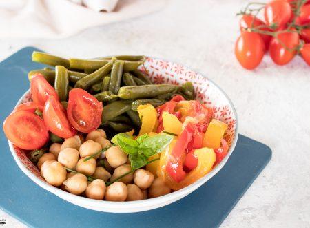 Insalata di ceci fredda con fagiolini e peperoni