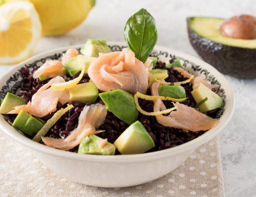 Insalata di riso venere con salmone e avocado