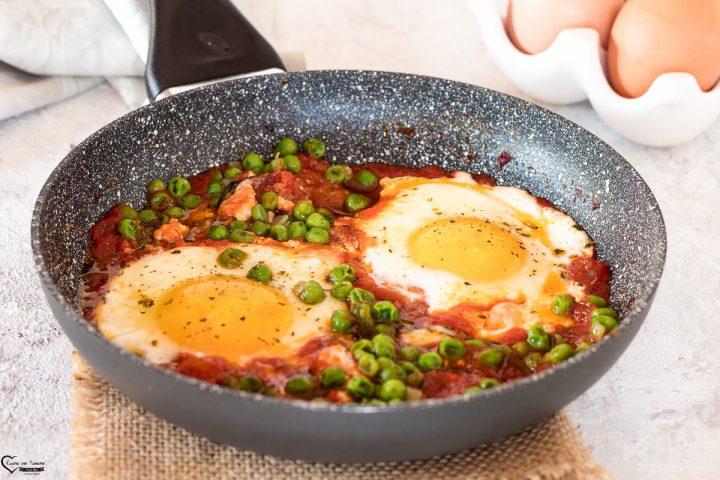 uova con piselli e pomodoro