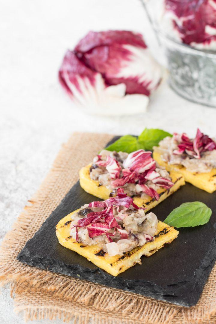 Bruschette di polenta con radicchio