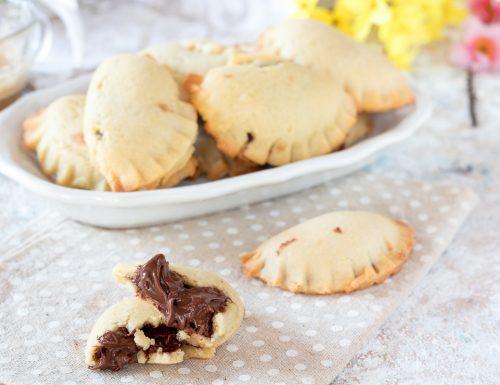 Biscotti di frolla con cuore di cioccolato