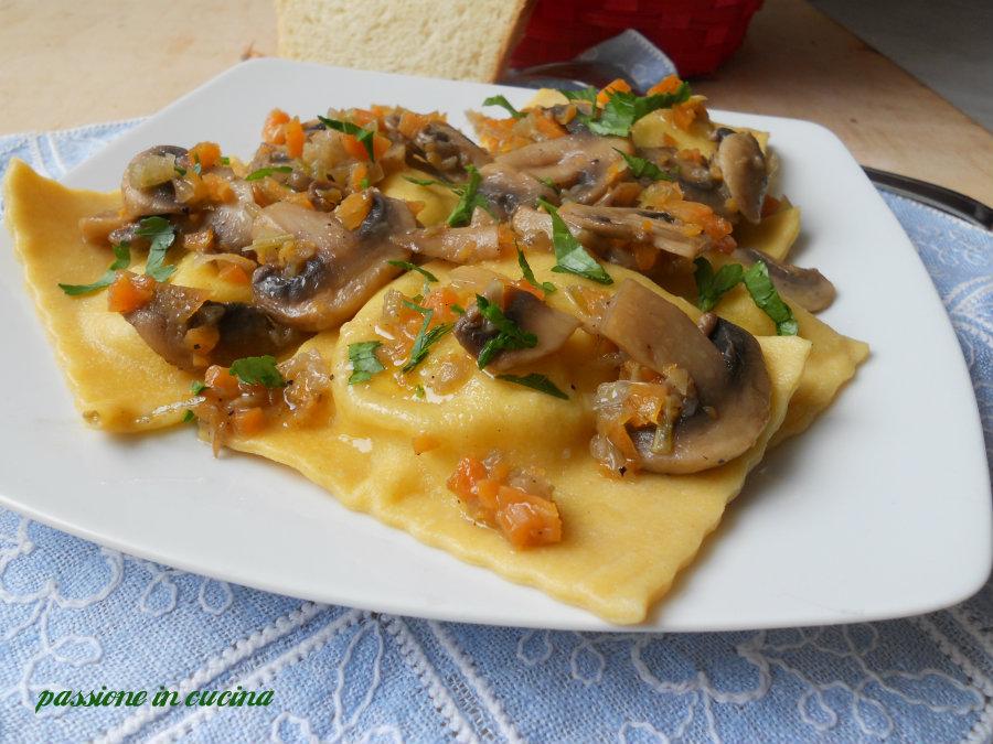 ravioli di patate con sugo di funghi