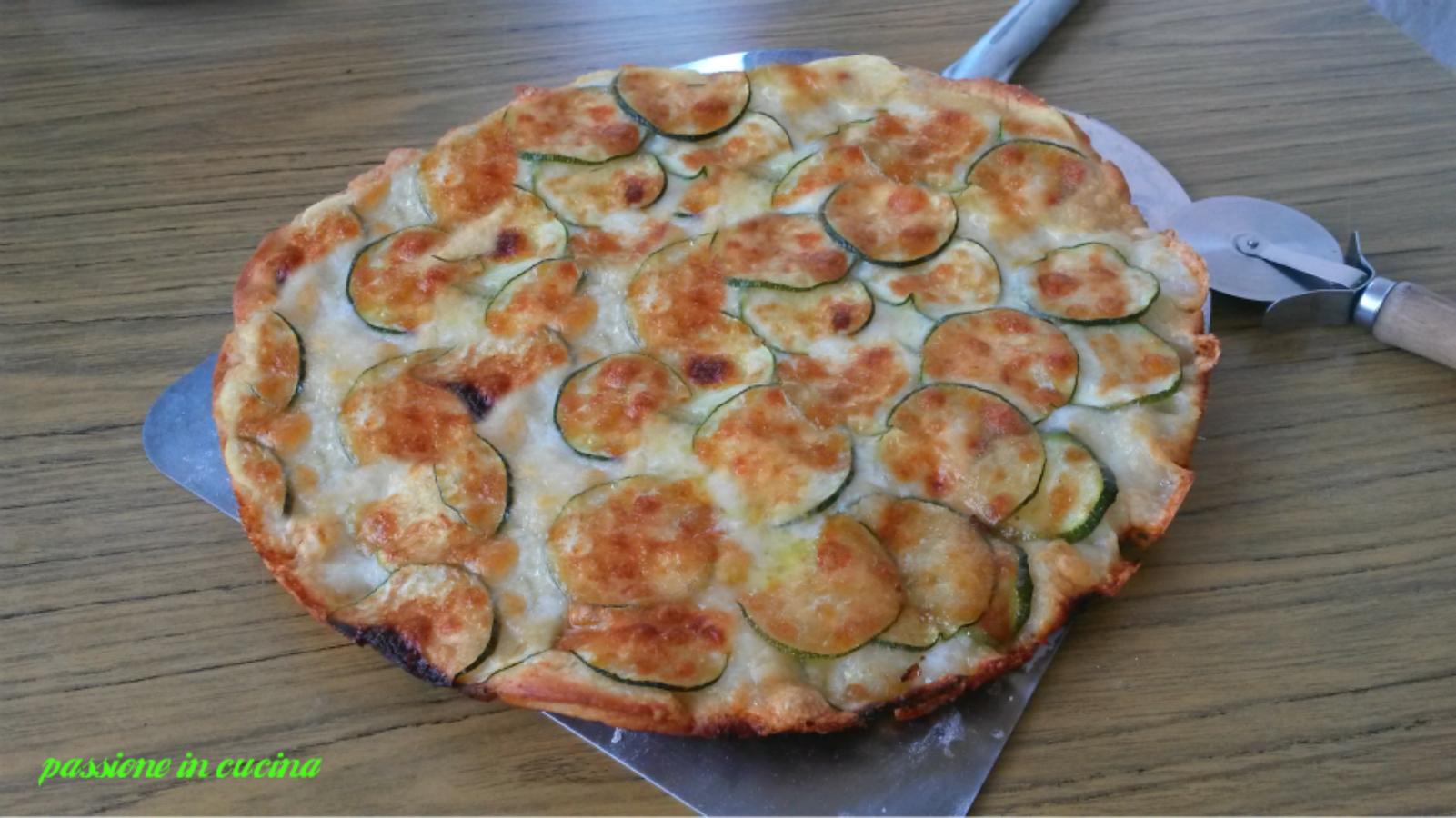 focaccia con zucchine e mozzarella, ricette con le zucchine, focaccia con la zucchina, ricetta lievitati, ricette con le zucchine
