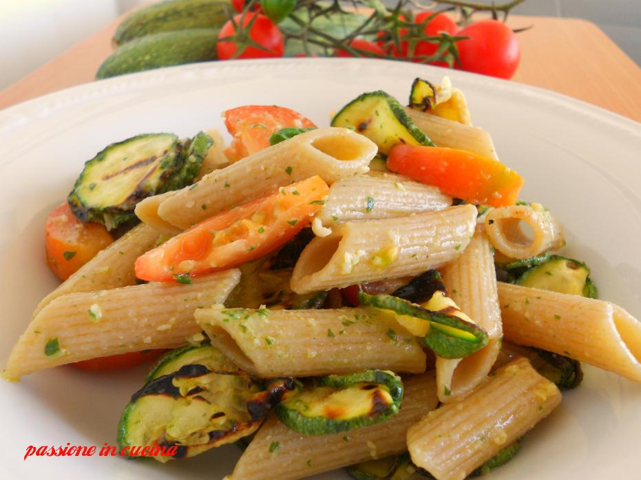 insalata di pasta, pasta fredda, primi piatti per pic-nic, ricette con le zucchine, ricette con il pesto, ricette con i pomodori