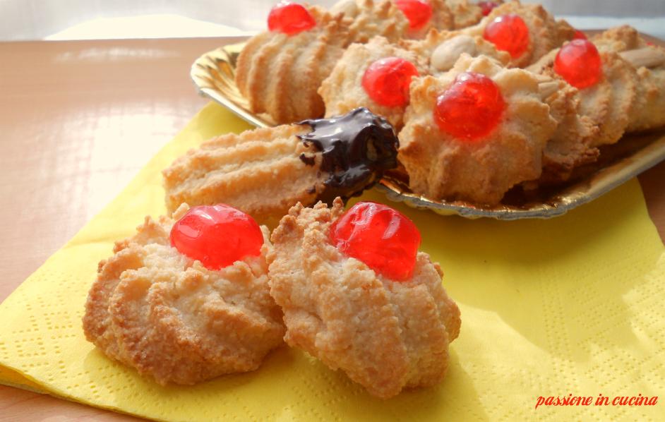 pasticcini di pasta di mandorle, dolcetti alle mandorle, paste di mandorla dolci con le mandorle