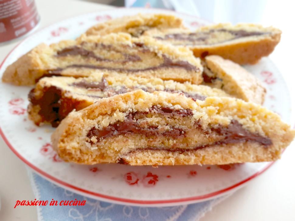 rotolo di frolla alla nutella, biscotti di frolla arrotolati, biscotti arrotolati di frolla, dolci con la nutella