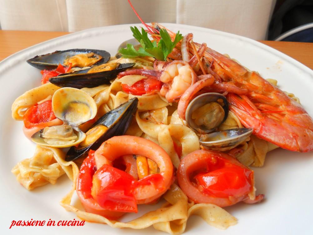 tagliatelle alla pescatora, fettucine, tagliatelle di grano saraceno, primi piatti di mare, ricette di mare, ricette primi col pesce