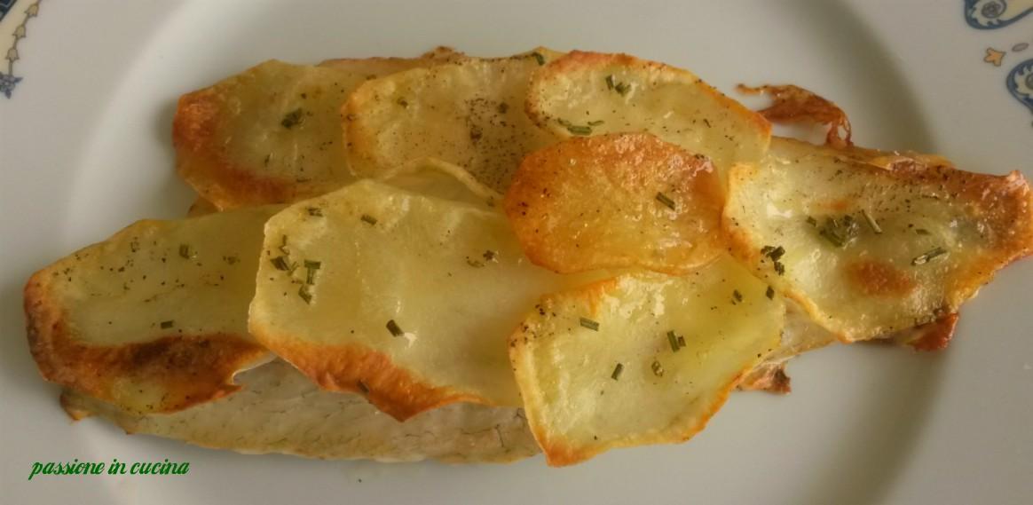 filetto di spigola in crosta di patate, spigola su letto di patate, secondi di pesce, ricette con la spigola