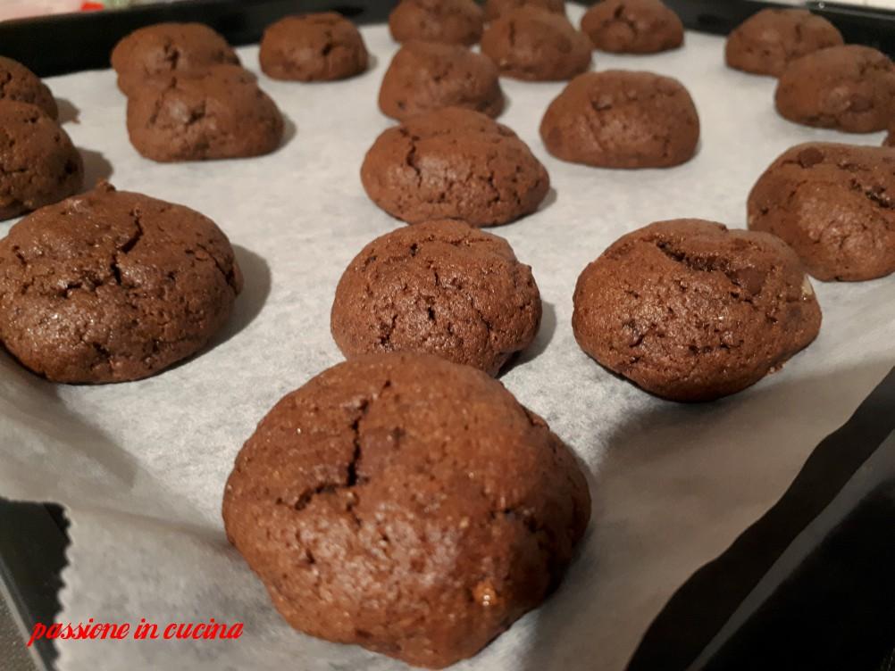 cookies al cacao, biscotti americani con gocce di cioccolato, biscotti per la colazione, merenda per bambini, dolci al cacao, dolci con gocce di cioccolato