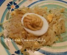 Uova sode farcite su giaciglio di cipolla