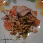 spaghetti allo sgombro e pomodorini nel piatto