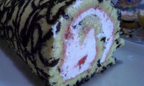 Rotolo decorato farcito con crema allo yogurt e fragole