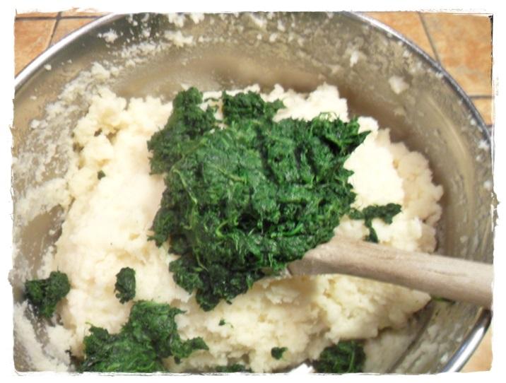 mettere la purea di spinaci nel semolino