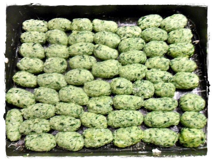 posizionare tutti gli gnocchetti verdi nella teglia, in un solo strato