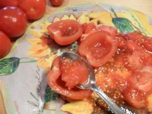 togliere i semi e l'acqua di vegetazione con un cucchiaino