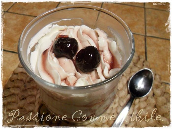 Coppa crema di yogurt e amarena dall'alto