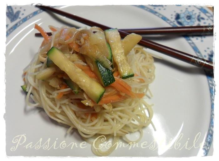 noodles di riso alle verdure saltate nel piatto