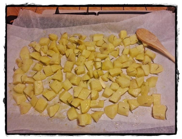 condire le patate con olio e odori vari e stenderle sulla placca del forno rivestita di carta forno