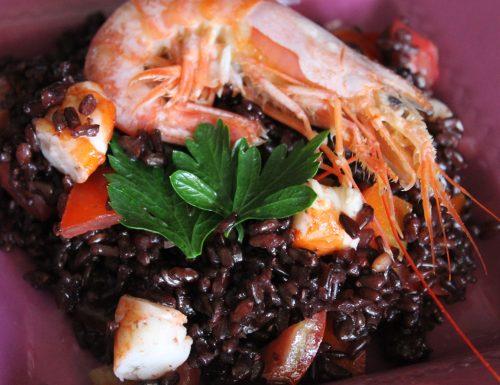 Insalata di riso venere con gamberi, pomodorini e lime
