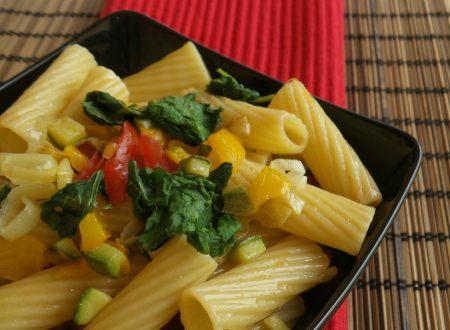 Insalata di pasta con kale e verdure cotte al forno