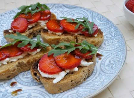 Crostini con fragole e burrata