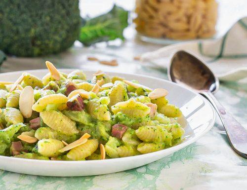 Pasta broccolo speck e mandorle