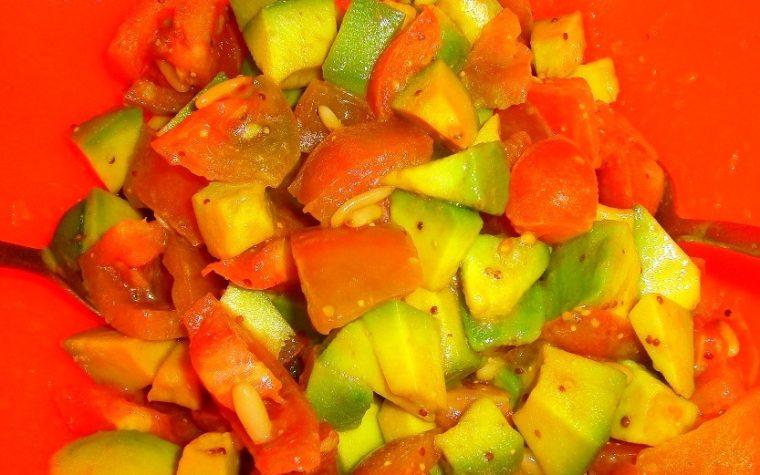 Insalata di avocado pomodori e pinoli