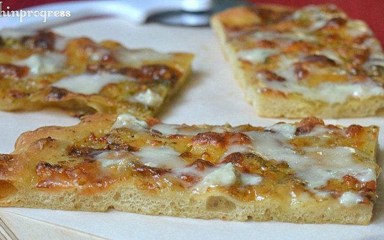 Pizza ai formaggi e pesto