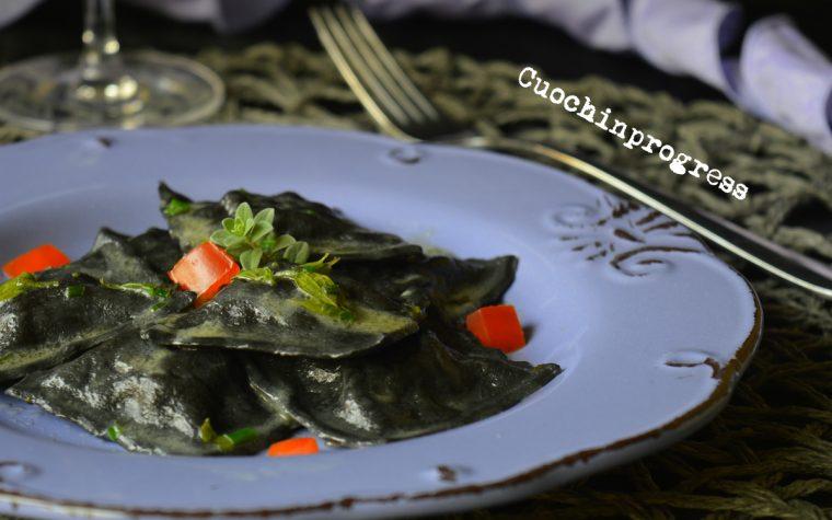 Ravioli neri di tartare di tonno e erbe aromatiche